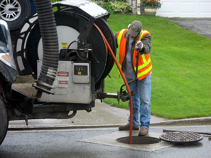 Cleaning the Sewer Line with the Jet-Cleaning Truck.